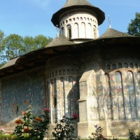 Mănăstirea Voroneț - culoare și rugăciune în Bucovina